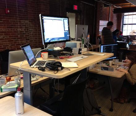 hoehenverstellbarer Schreibtisch mit Mac